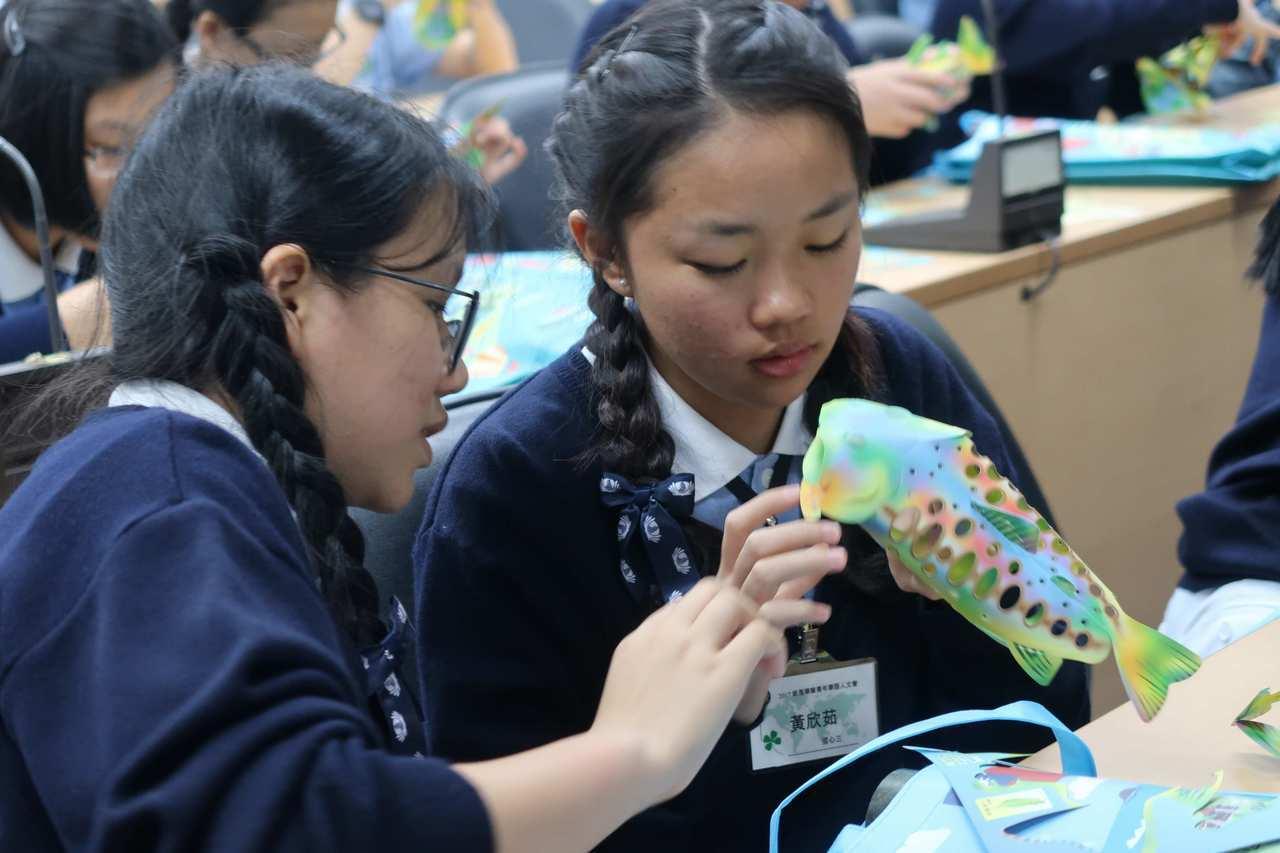 學員認真製作櫻花鉤吻鮭紙雕。