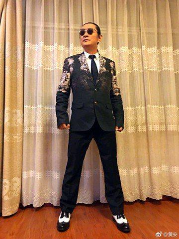 語不驚人死不休的黃安又開砲,這次目標射向台灣大學生!黃安今(28)日在微博分享「校園拆蔣公銅像」、「推動轉型正義」等新聞的擷圖,還發文三百多字指台灣部分大學生跟著民進黨起舞,嚷著「去中國化」、「去蔣...