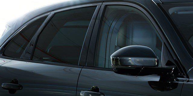 保護隱私的車窗,再貼上隔熱紙的話,應該就黑到什麼都看不見了。 摘自Jaguar