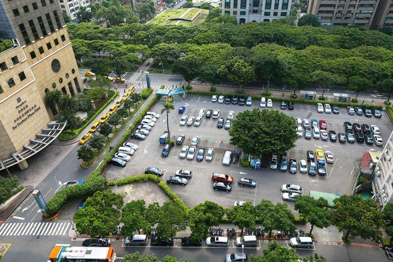 用提供更多停車位的方式來解決停車問題,不啻是增加更多的麻煩。 圖/聯合報系資料照