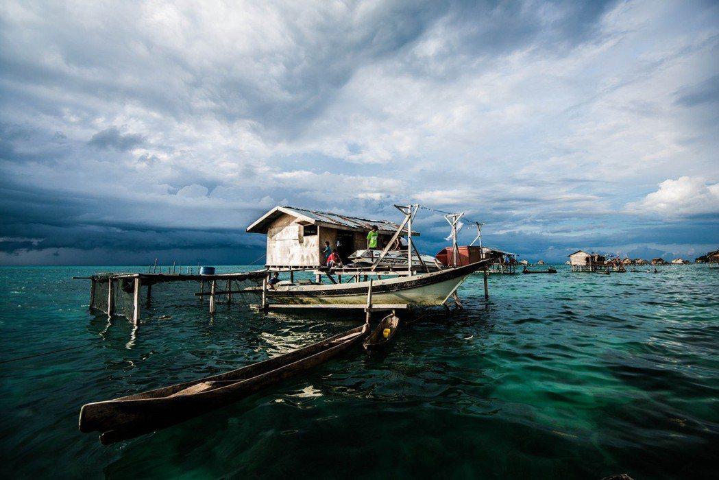 所謂海洋游牧民族並不是偶爾住在海邊,其他時候都在陸地;而是世世代代、生活起居都在...