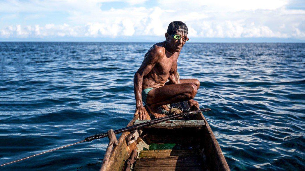 這部片乍看只說出羅哈尼的個人故事,其實點出了海洋資源的困境、時代變遷對原住民族的...