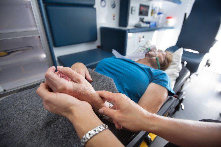 許多患者及家屬雖然希望能夠「壽終正寢」,但叫了救護車後,卻招致相反的結果 示意圖...