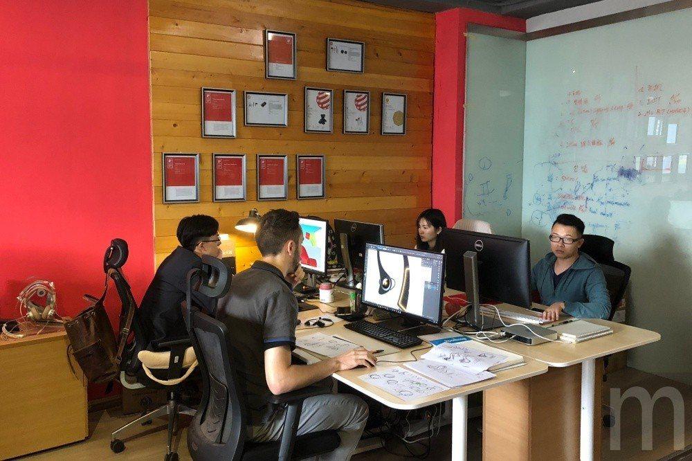設計中心與牆上各項得獎內容