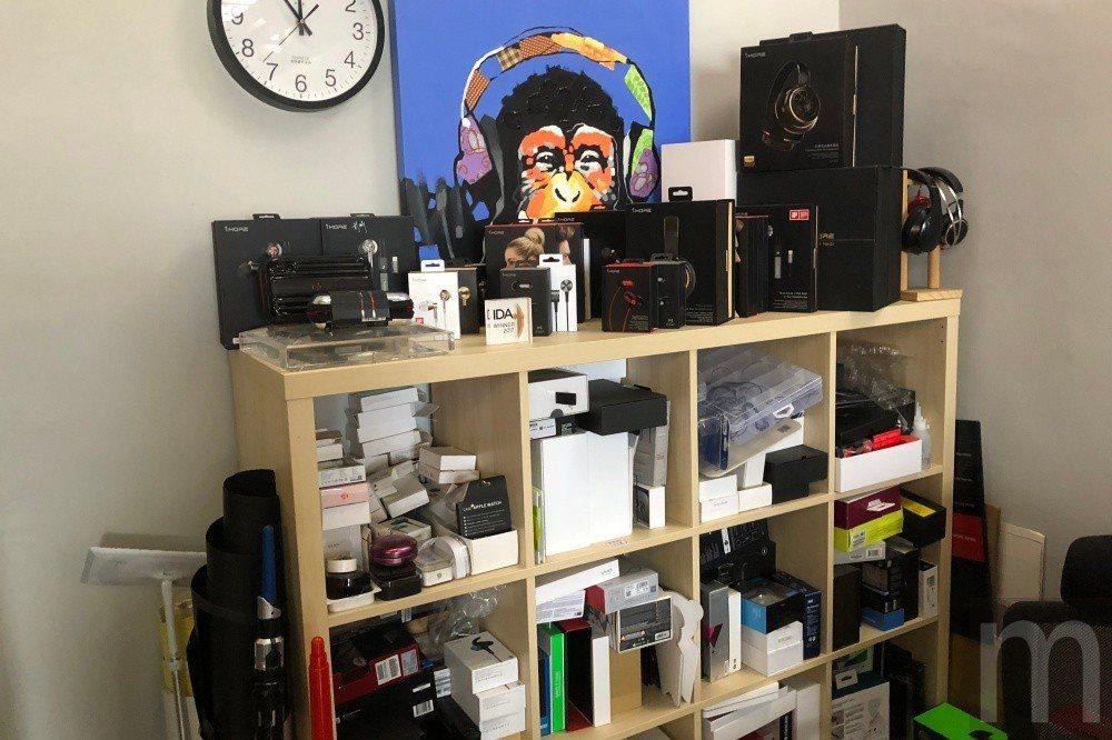 辦公室一旁有各個品牌耳機試聽樣品