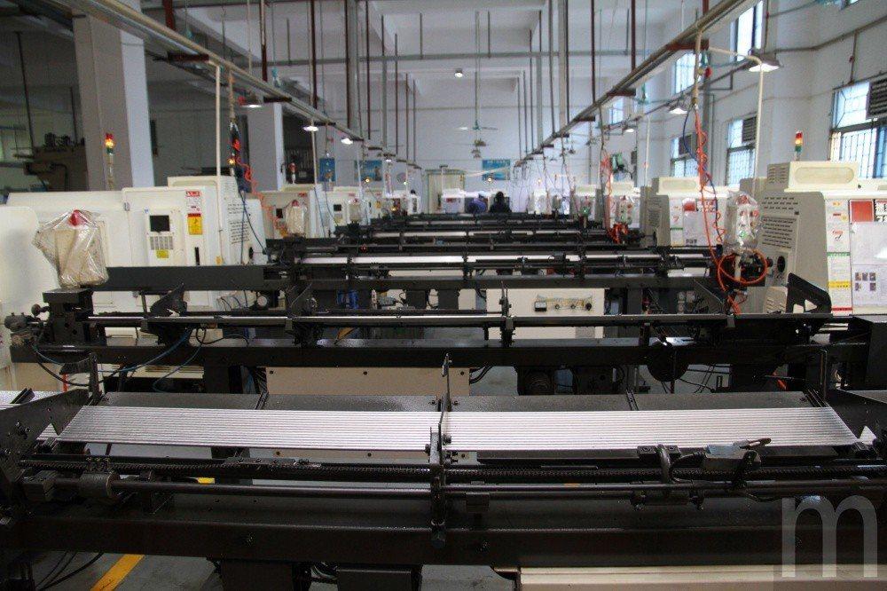 將金屬料件透過設備進行多道工序加工製作