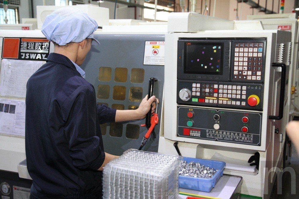透過專用器材進行CNC切削、鑽孔等加工