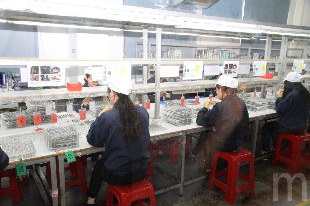 將CNC加工金屬零件修整