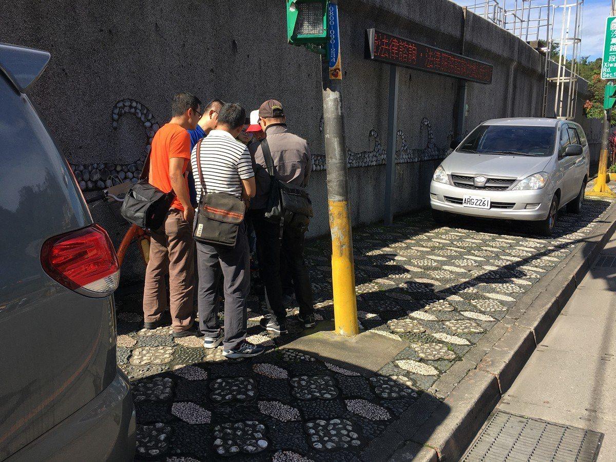 汐止汐萬路康寧街的人行道及防汛圍牆,長期以來占用到私人土地,讓地主相當困擾,要求...