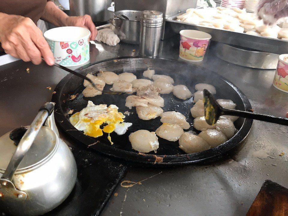 把肉粿雙面香煎並打入雞蛋舖蓋在肉粿上。(圖/大獅子小柿子出走計畫)