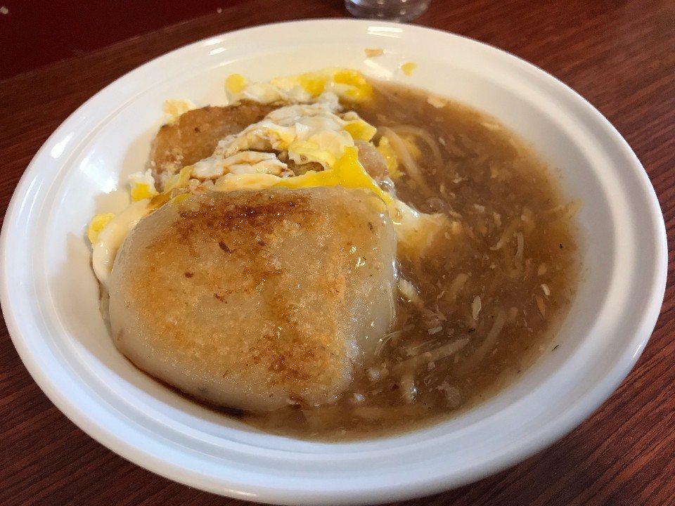 煎的焦香的米粿搭配甜甜的醬汁羹品更加對味。(圖/大獅子小柿子出走計畫)