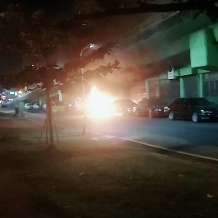 高雄市九如三路陸橋下今天清晨發生汽機車火災,一名男子全身燒燙傷送醫。記者黃宣翰/...