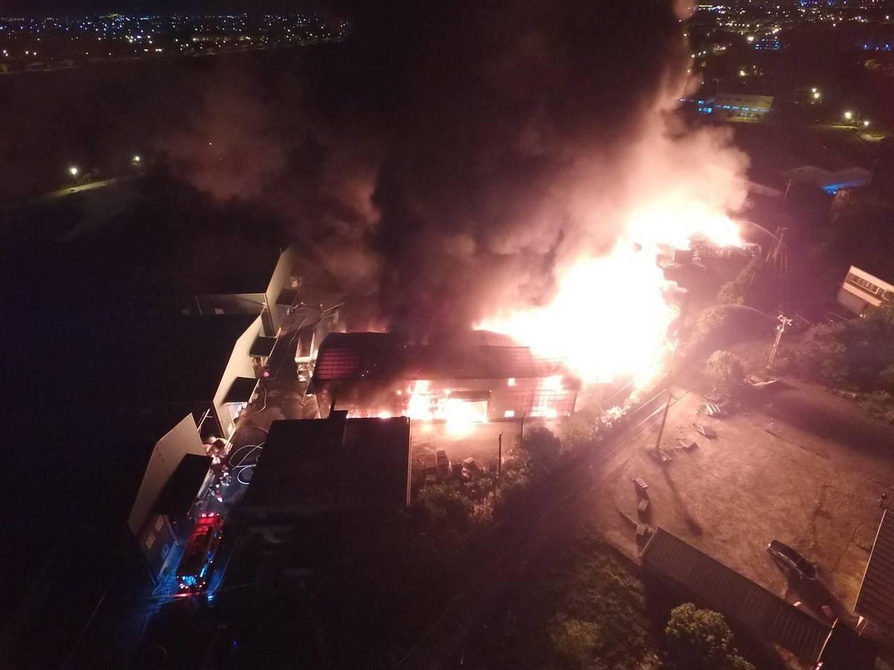 消防局用空拍機了解火警全盤狀況。記者鄭國樑/翻攝