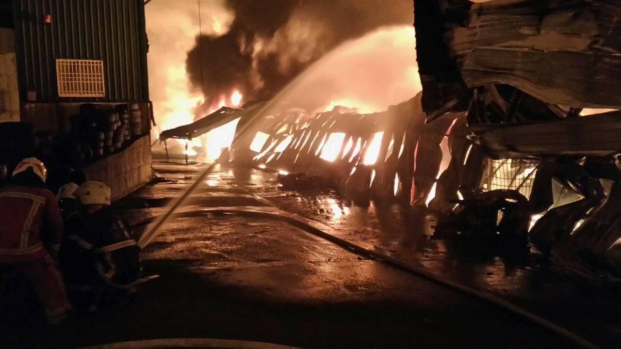 消防局調派21輛消防車布水線滅火降溫。記者鄭國樑/翻攝