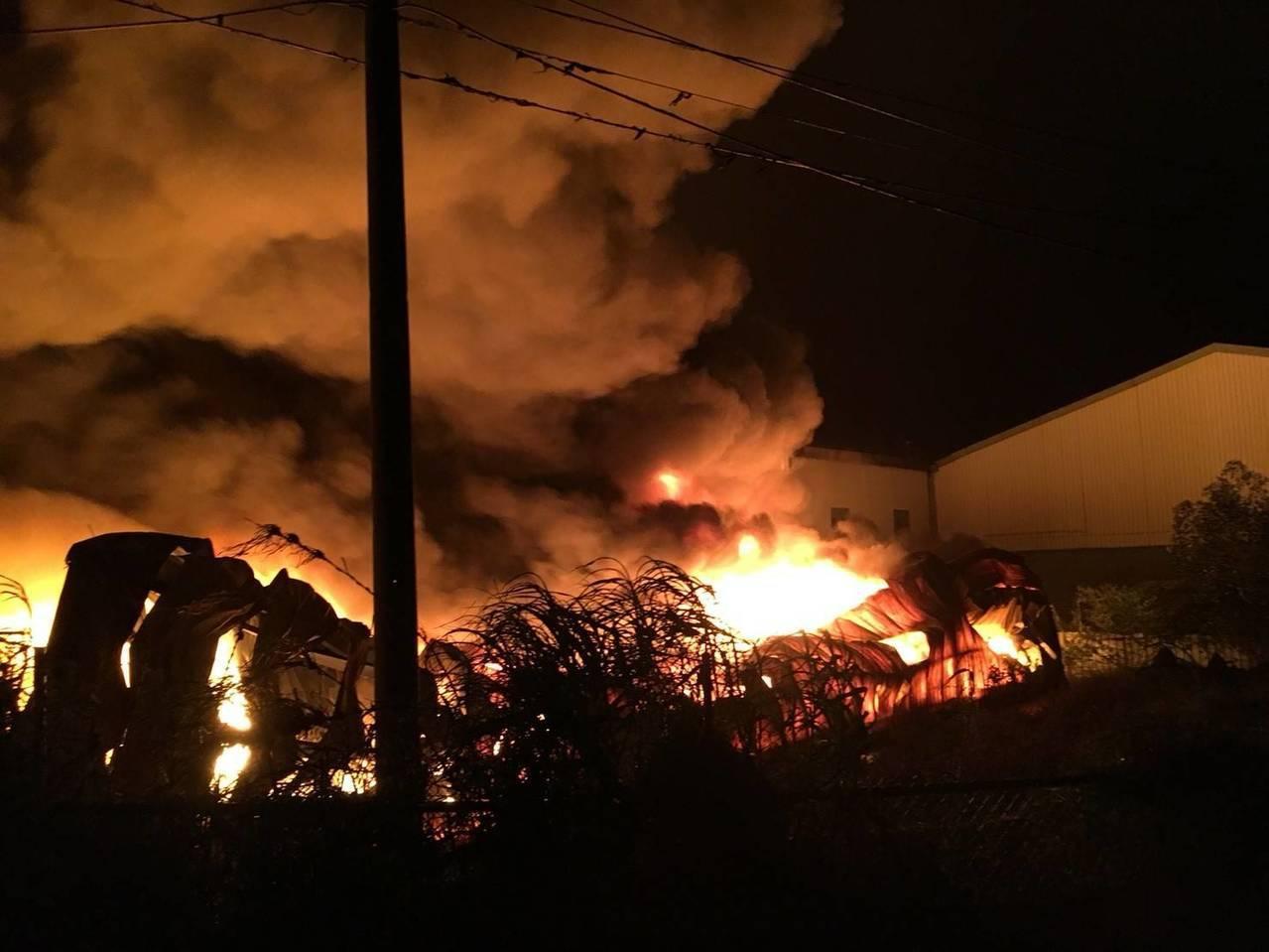 桃園凌晨工廠大火,火光照亮現場濃煙不斷。記者鄭國樑/翻攝