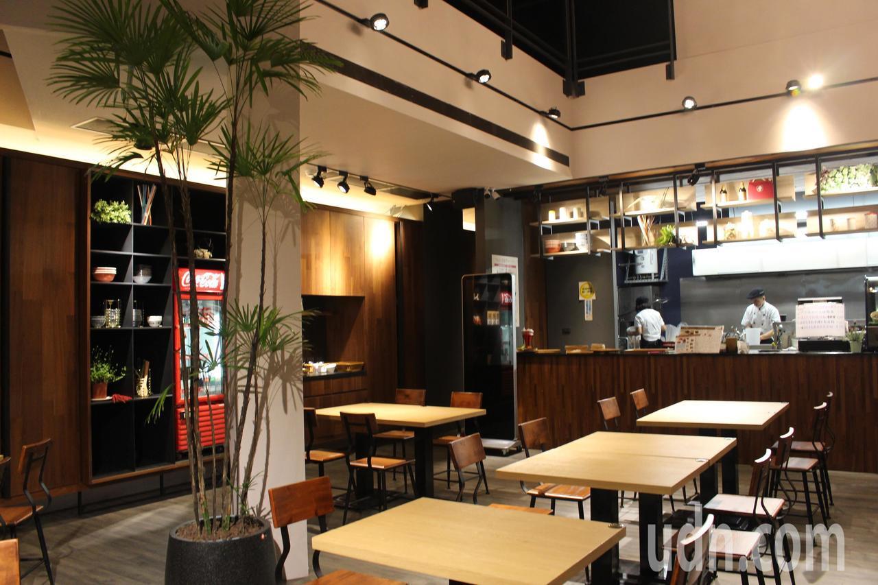 建設公司總經理鄭釗學的麵店,跟他的建築作品一樣,簡約又舒適。記者張雅婷/攝影