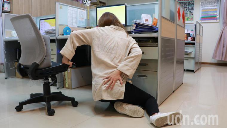 許多白領族打電腦坐姿不良,不少人有尾椎疼痛毛病,還有人不小心跌落在地摔歪尾椎。記...