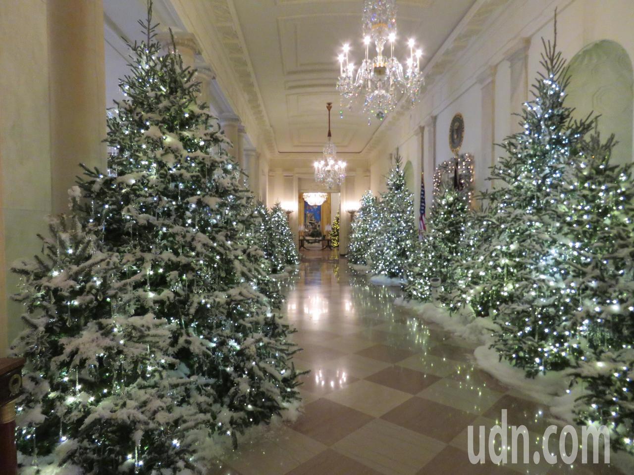 由美國第一夫人梅蘭妮亞設計的白宮聖誕裝飾,今年以「悠久傳統」為主題。華盛頓記者張...