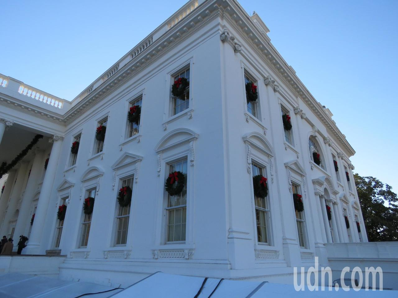 白宮掛上聖誕花圈。華盛頓記者張加/攝影