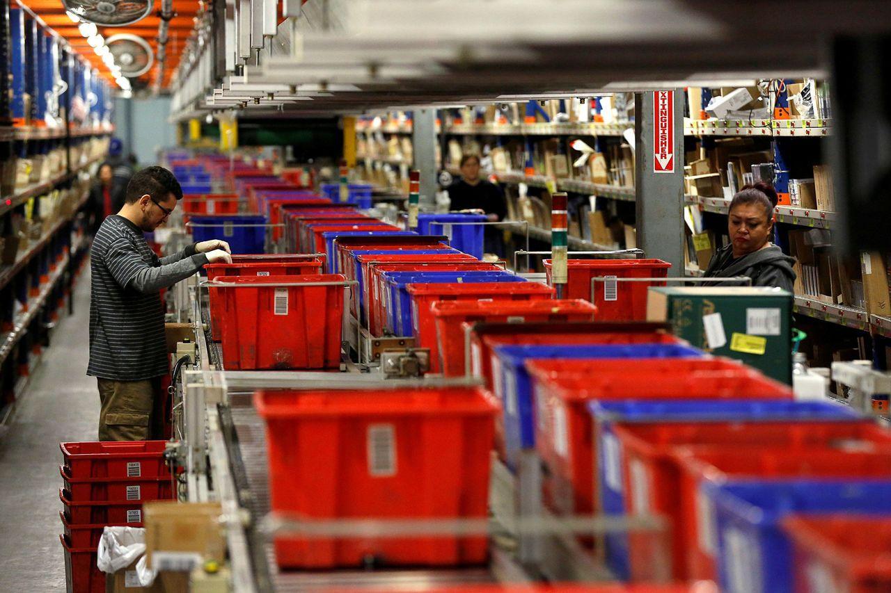在感恩節和黑色星期五這兩天,消費者已花費79億美元,網路業績在行動電話買氣拉抬下...