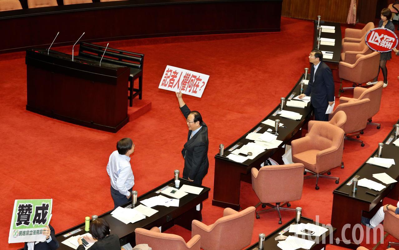 立法院院會上午針對「國家人權博物館組織法草案」進行二、三讀,在進行表決前,民進黨...