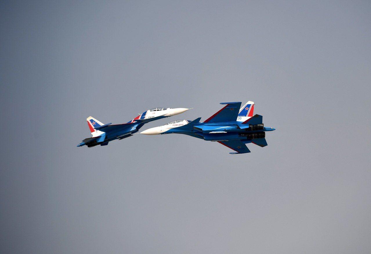 俄羅斯Su-30戰鬥機11月12日在杜拜航空展上進行飛行表演。歐新社