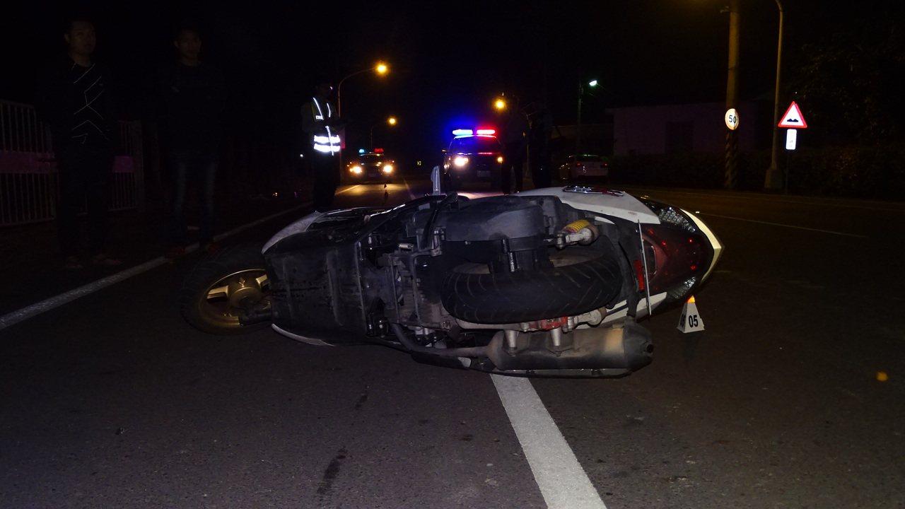 台南麻豆總爺藝文中心旁昨晚機車自摔現場。記者謝進盛/攝影