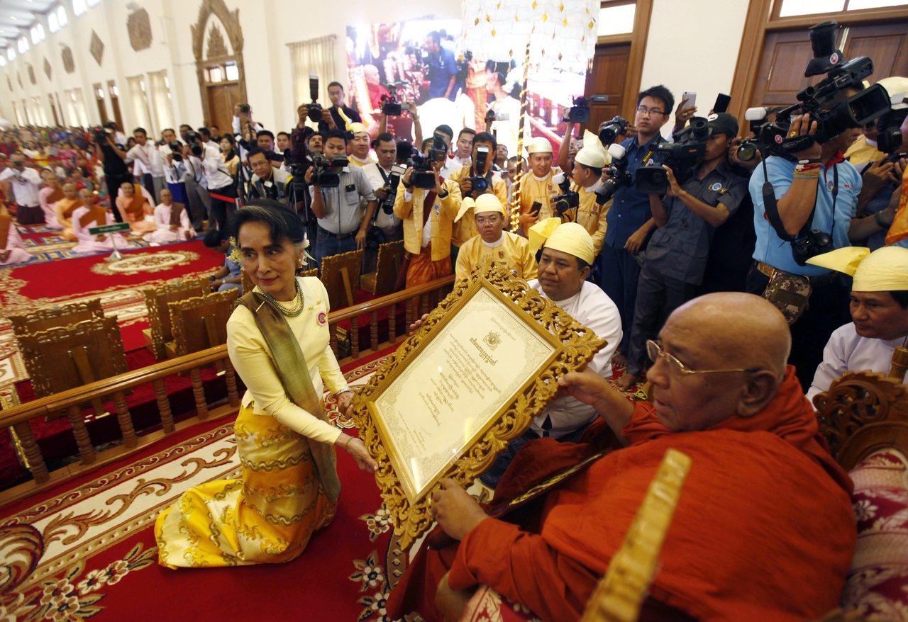 緬甸實質領導人翁山蘇姬(前左)今年3月12日頒給高僧西達古(前右)宗教證書。美聯...