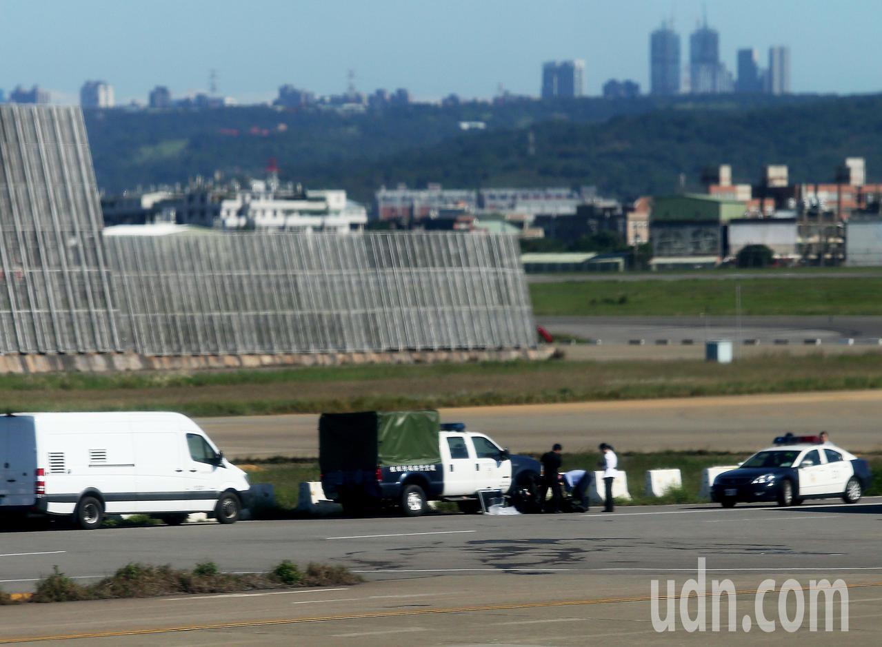 桃園機場EC滑行道旁的紐澤西護欄,28日中午出現1個手提袋,航警局防爆人員據報到...