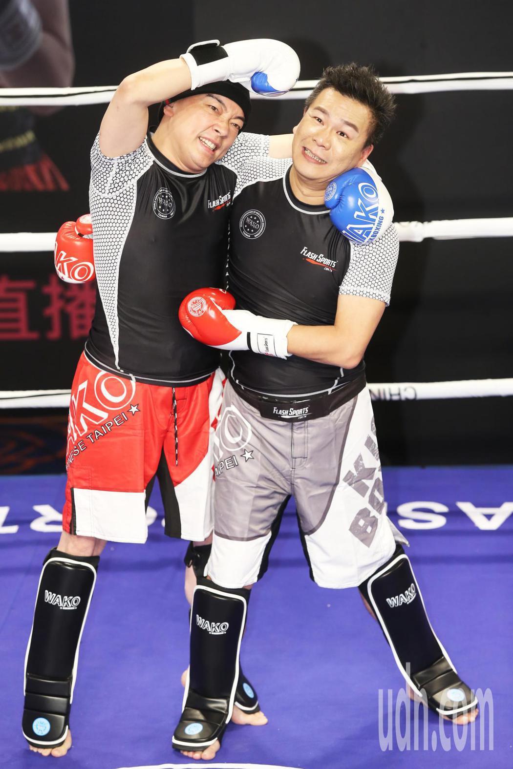 沈玉琳(右)和詹惟中(左)在擂台上互相較勁為直播平台記者會造勢。記者徐兆玄/攝影