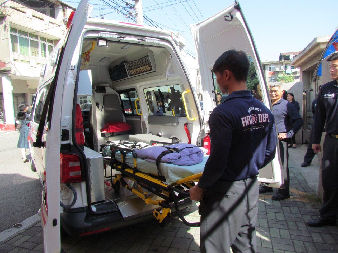 高頂救護車內部的電動單架床,方便急救人員操作。記者黑中亮/攝影