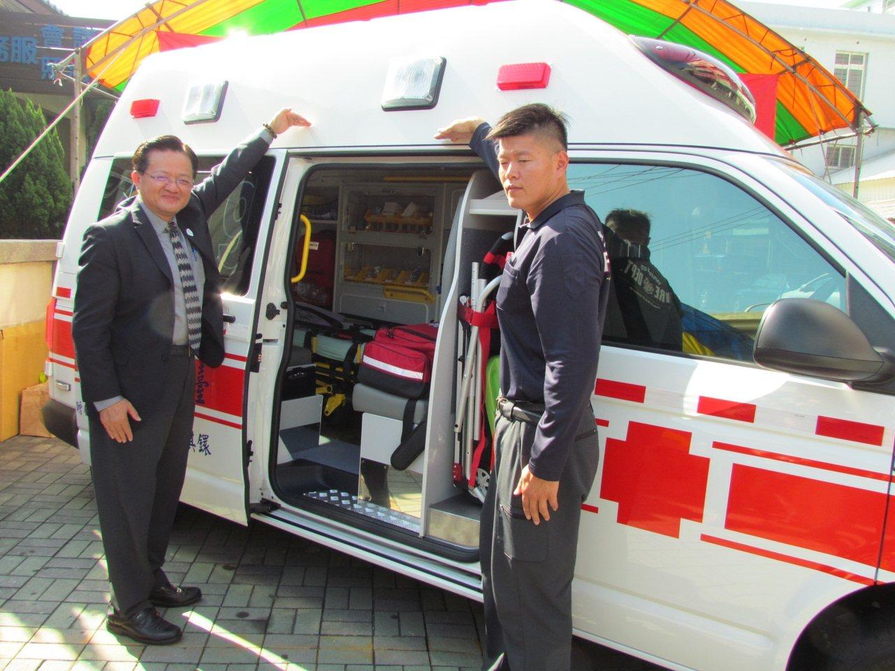 消防局長蕭煥章(左)感謝企業捐贈,讓清水也有了高頂救護車。記者黑中亮/攝影