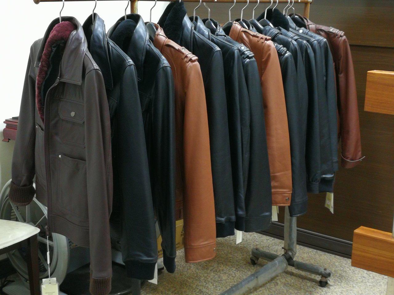 行政執行署高雄分署12月5日將拍賣皮衣188件。記者林伯驊/翻攝