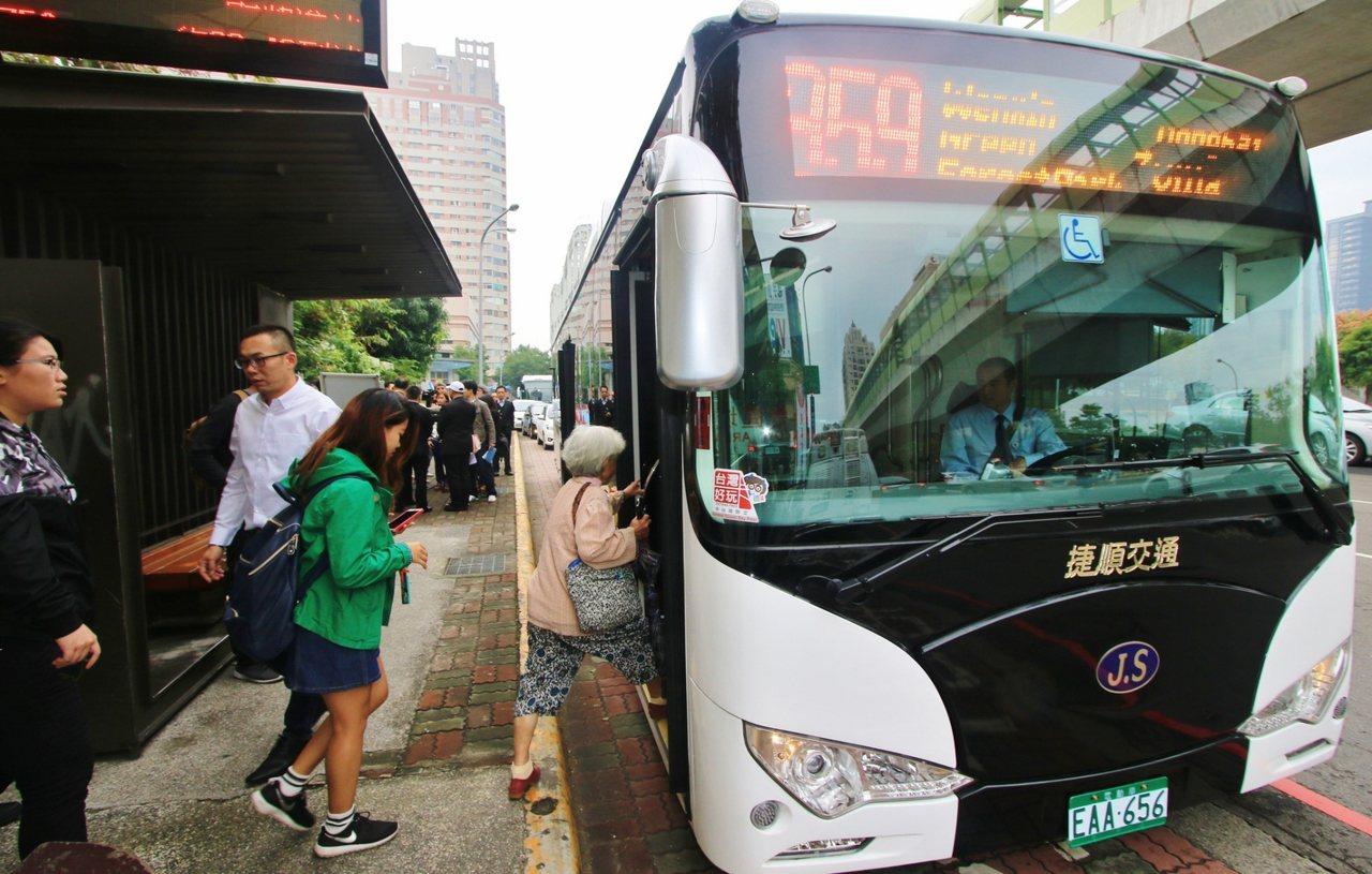 台中市為減少空汙,獎勵業者使用電動公車,核定經費較柴油車高,還編列3000萬專案...