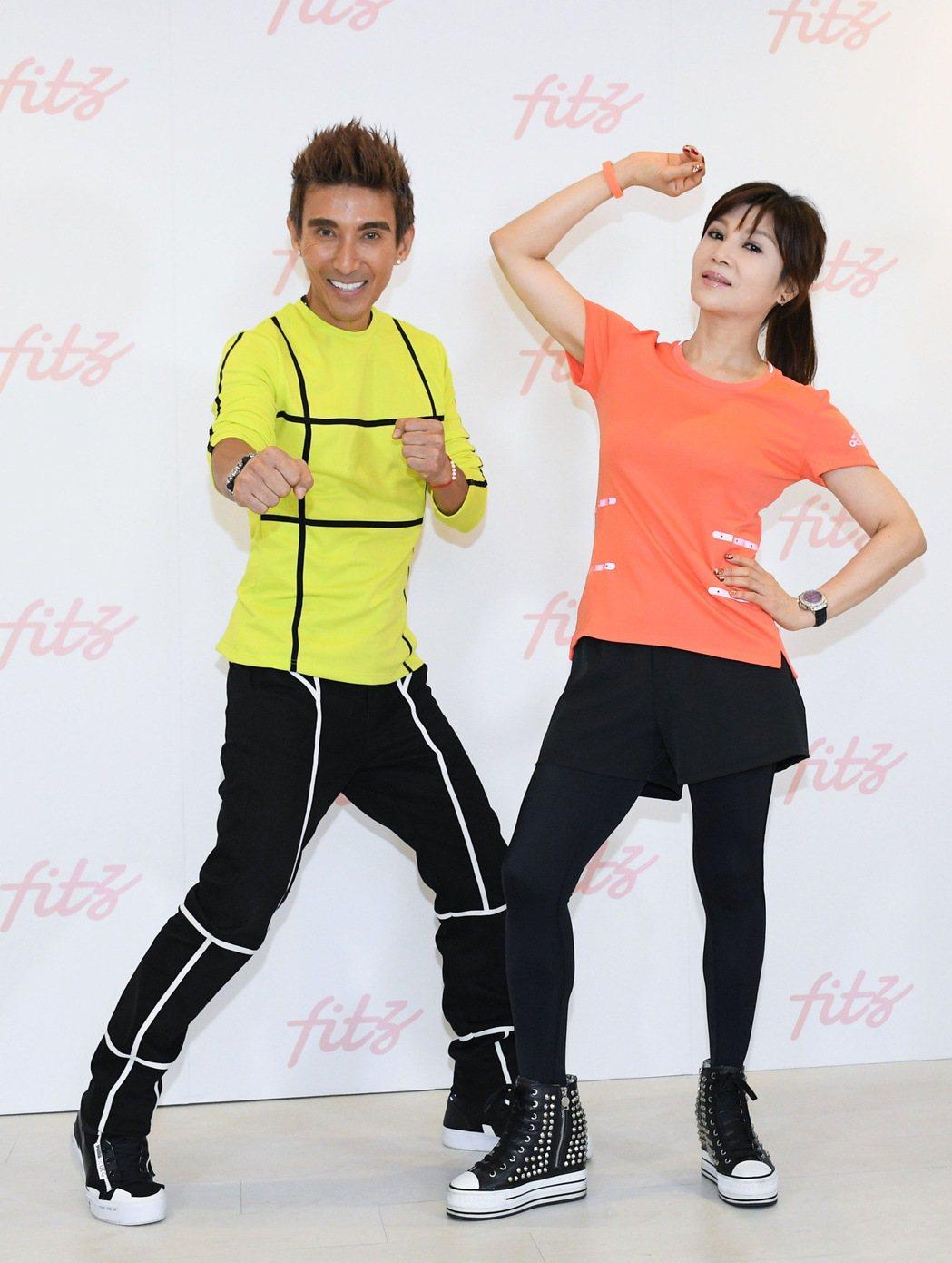 潘若迪(左)給蔡秋鳳舞技85分。圖/華特音樂提供