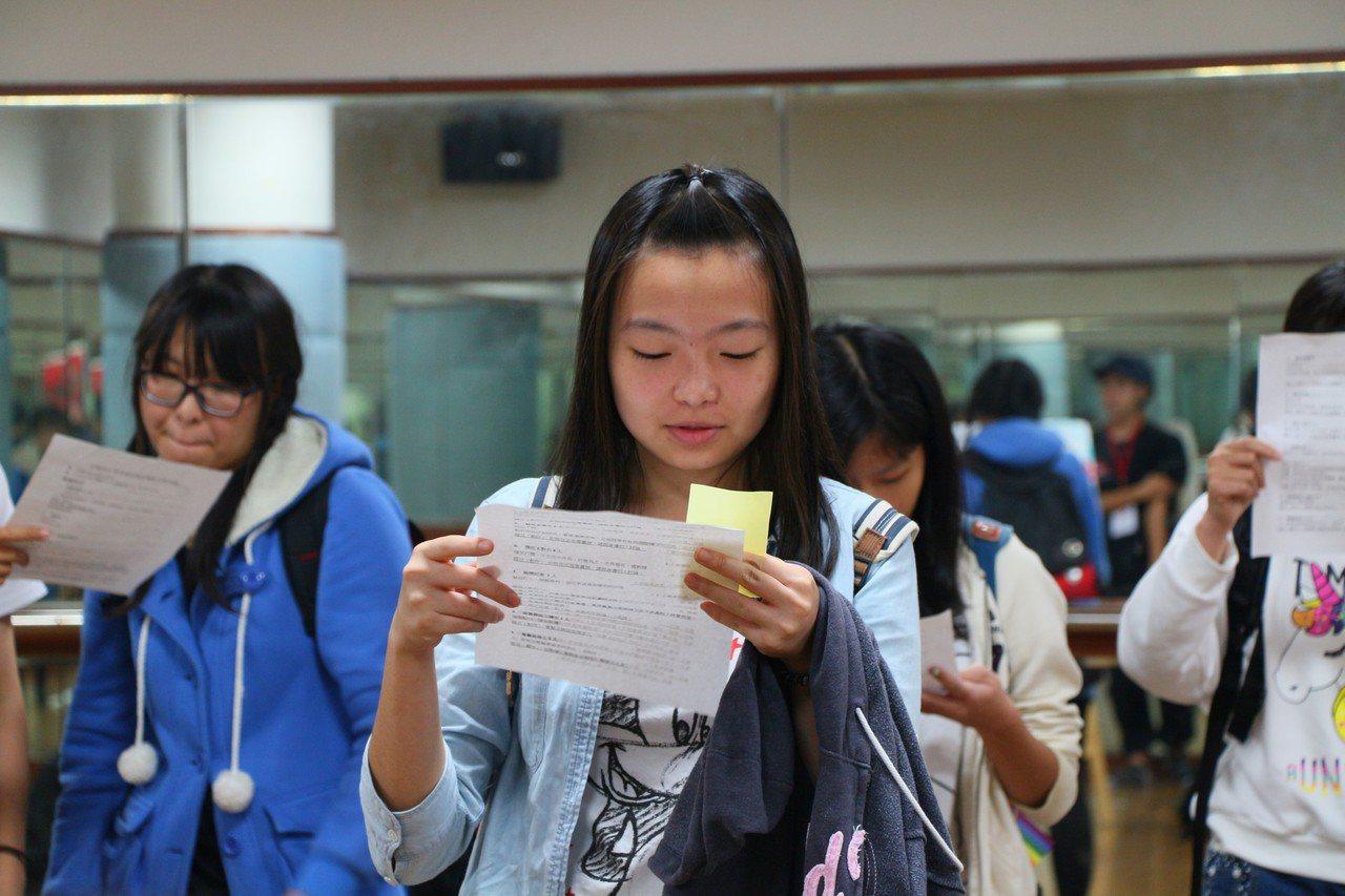 義守大學影視系學生為了躍上影壇,積極背劇本參加試鏡。記者王昭月/攝影