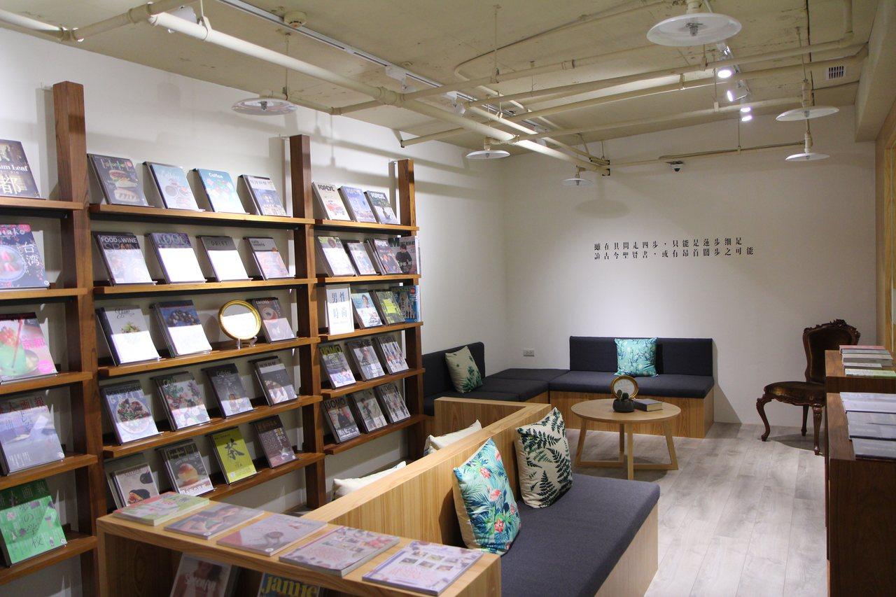 全台首座自助式無人雜誌圖書館「四步書房」。圖/比漾廣場提供