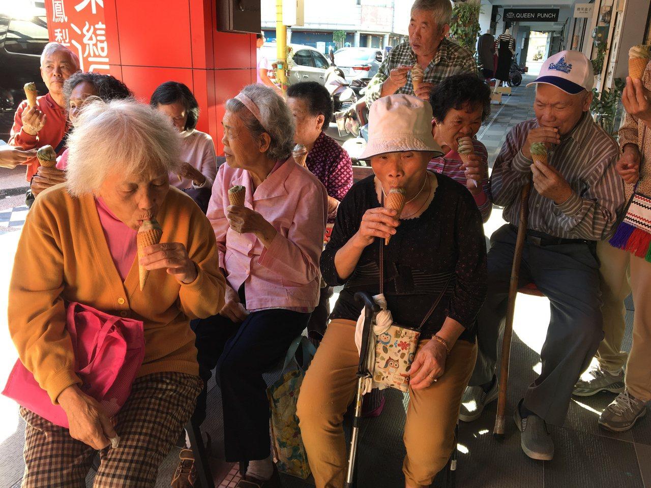 業者招待老人暨家庭關懷協會的長者們吃霜淇淋。記者徐庭揚/攝影