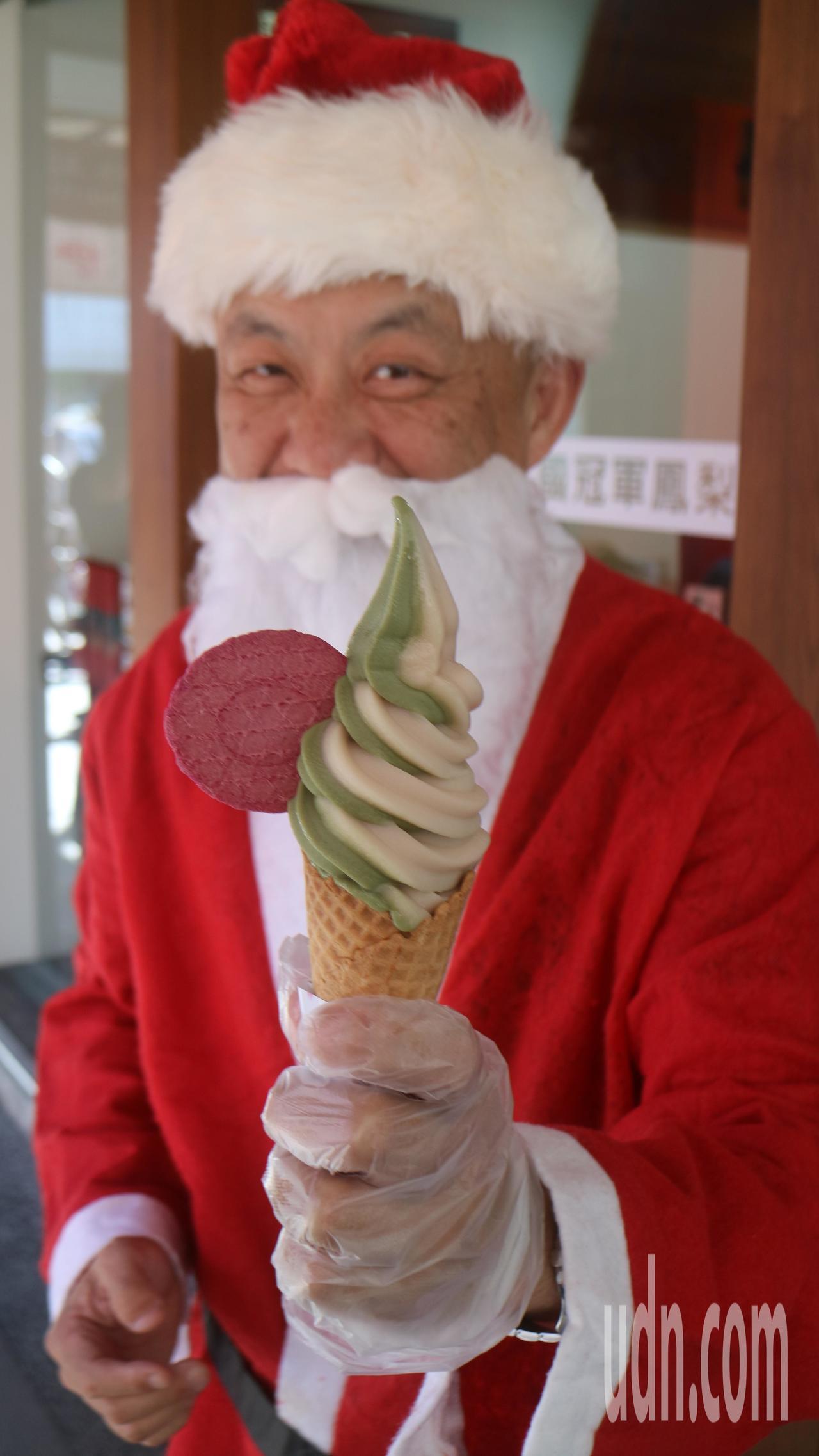 老闆劉瑞祺裝扮成聖誕老公公的模樣,邀請弱勢團體免費吃霜淇淋。記者徐庭揚/攝影