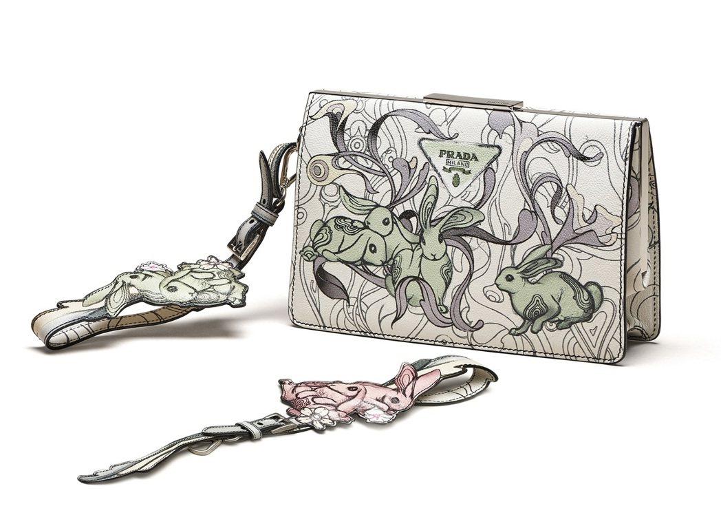 PRADA兔子花卉圖紋系列小牛皮肩背包74,000元,小牛皮手腕帶15,000元...