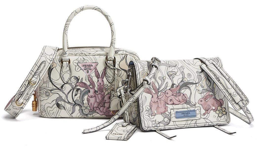 PRADA兔子花卉圖紋系列包款 (左起)手提肩背包71,500元、Etiquet...