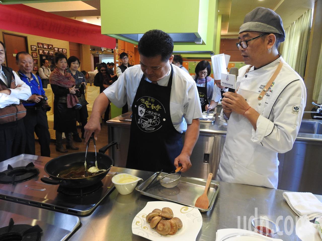 中華民國溫泉觀光協會理事長李吉田(左)在高餐大西餐系主任陳寬定(右)指導下下廚。...