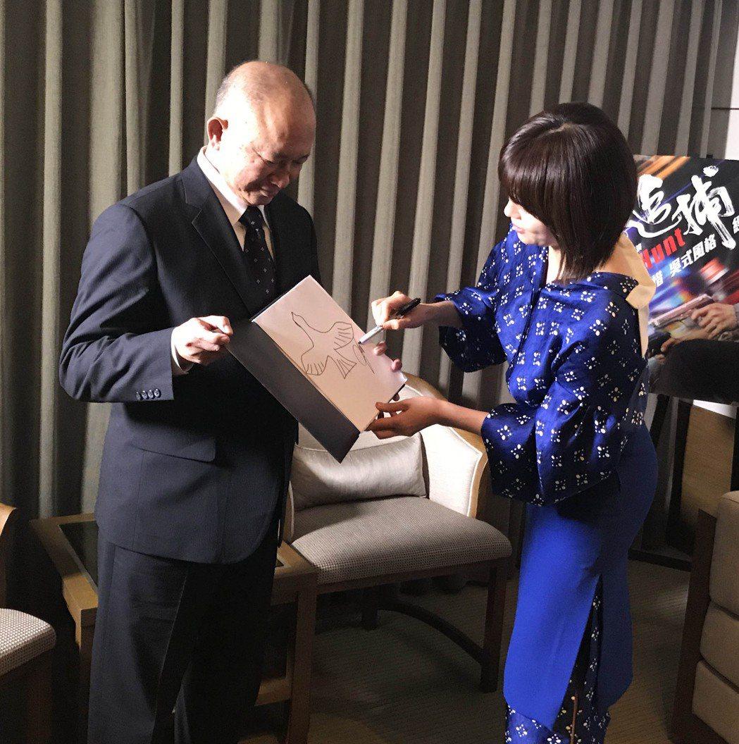 河智苑與吳宇森反覆練習「追捕」首映上的魔術表演。圖/華映提供