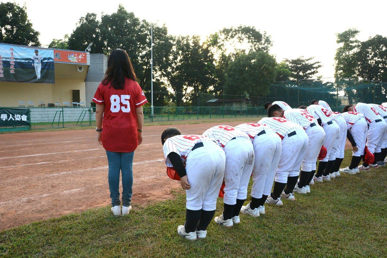 南韓麗水西國小拿下徐生明盃少棒賽亞軍,賽後向徐總海報鞠躬致意。記者蘇志畬/攝影
