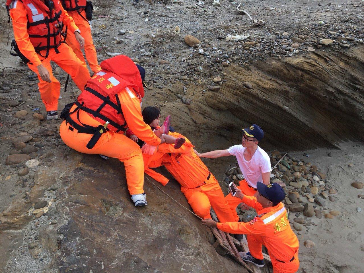 吳姓男子下午和3歲姪女在苗栗縣西湖溪出海口遊玩,但因漲潮受困,海巡、消防人員趕往...