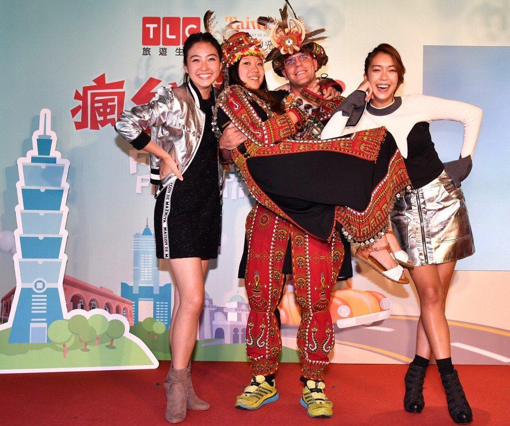 大霈(右)與湘婷和參加「瘋台灣首遊」的台灣&加拿大異國夫妻開心合影。圖/TLC旅...