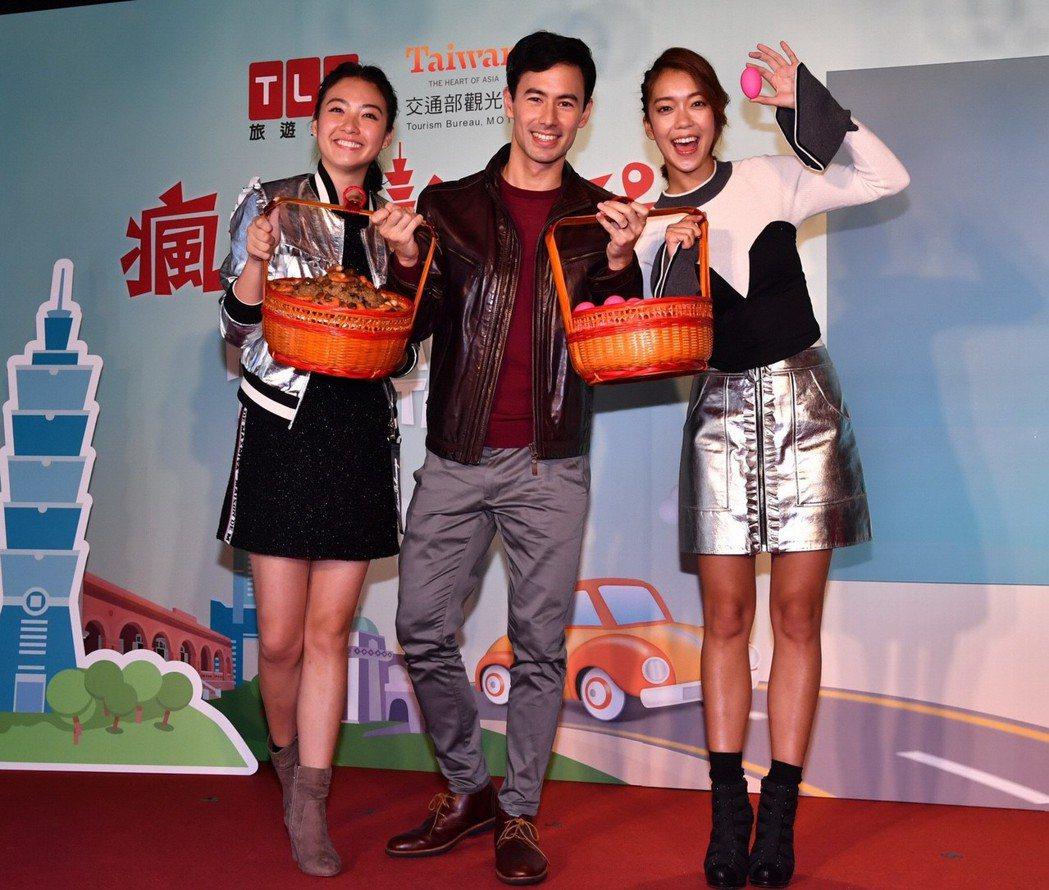 George(中)帶禮物力挺「瘋台灣首遊」兩位主持人湘婷(左)和大霈。圖/TLC...