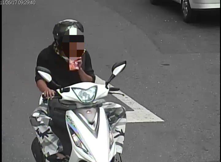 王姓男子強搶其母親財物後,還悠閒騎車在街頭閒晃,警方調閱路口監視器後循線逮人。圖...