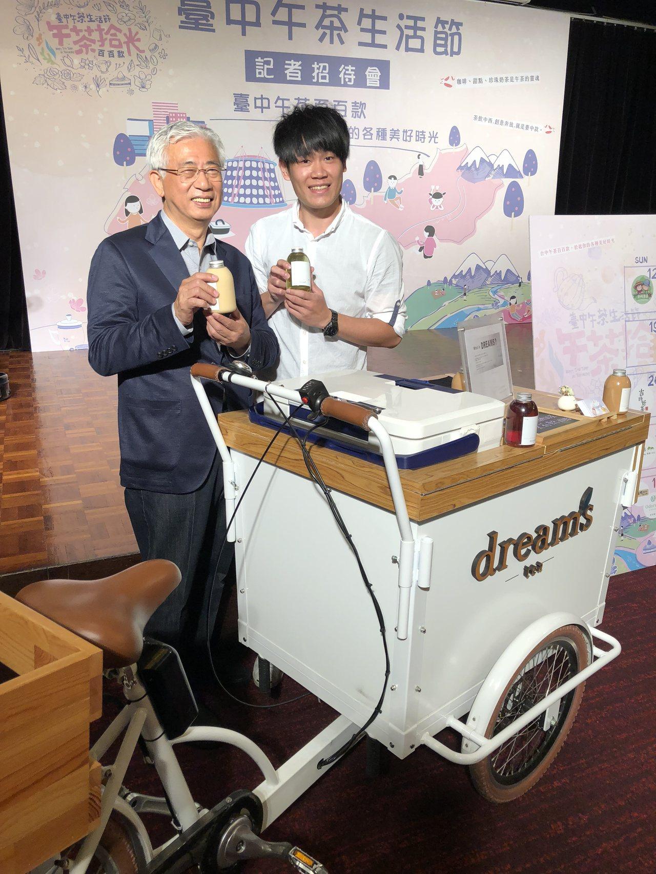 台中市觀光旅遊局長陳盛山(左)宣布,台中市明年將配合國際花卉博覽會,舉辦首屆「台...