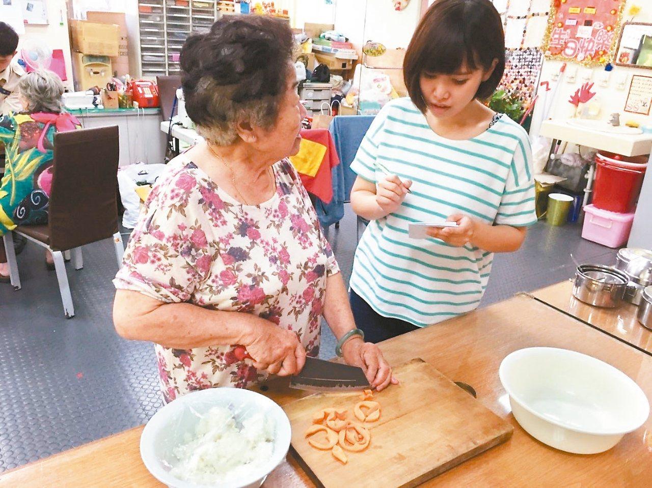 畢業於亞洲大學的蕭惇芳(右)在學期間參與青年暑期社區工讀計畫,到嘉義基督教醫院設...